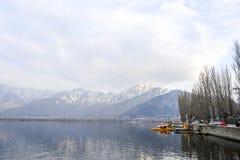 在冬天期间,在Dal湖克什米尔,印度的一个美好的风景 免版税图库摄影