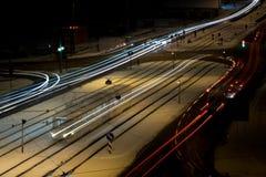 在冬天期间,夜交通在城市 免版税库存图片