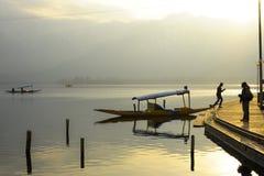 在冬天期间,日落一个美好的风景在Dal湖克什米尔,印度的 库存图片