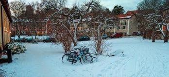 在冬天期间,议院和古典葡萄酒自行车 免版税库存照片