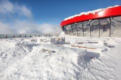 在冬天期间,餐馆开放大阳台 重的降雪的导致的木头 免版税库存图片