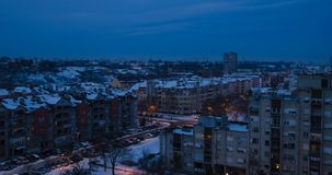 在冬天期间,黄昏在一个城市 影视素材