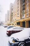 在冬天期间停放的汽车 免版税库存照片