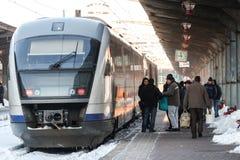 在冬天期间被延迟的火车 免版税库存照片