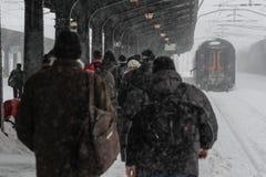 在冬天期间被延迟的火车 免版税库存图片