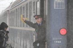 在冬天期间被延迟的火车 库存图片