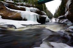 在冬天期间,一个峡谷的河 图库摄影