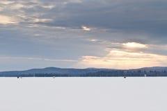 在冬天期间,一条冻小河的Closup 免版税库存照片