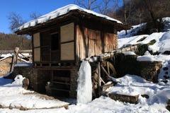 在冬天期间,传统保加利亚房子, Etar,加布罗沃,保加利亚 免版税库存照片