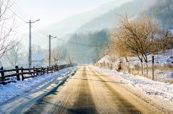 在冬天期间,在一条农村路的冰 库存图片