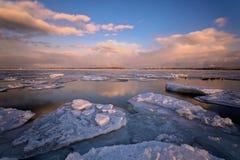 在冬天期间,在多伦多的樱桃海滩的日出 图库摄影