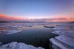 在冬天期间,在多伦多的樱桃海滩的日出 库存图片