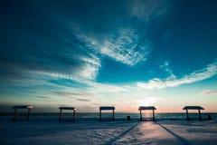 在冬天期间,在海的野餐桌 免版税库存图片