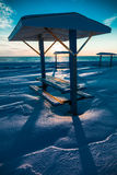 在冬天期间,在海的野餐桌 图库摄影