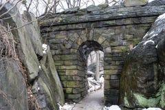在冬天期间,漫步石曲拱 库存图片