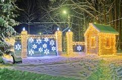 在冬天期间,美丽的装饰的街道 库存图片