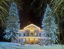 在冬天期间,美丽的装饰的街道 免版税库存图片