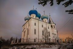在冬天期间,黄昏的社区教会 库存照片