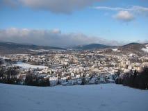 在冬天期间, Jesenik小山的议院 库存图片