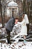 在冬天森林修饰亲吻新娘的手 库存照片