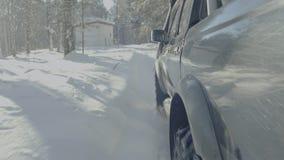 在冬天森林公路的汽车乘驾 在一条积雪的路的一辆汽车在树中 免版税库存照片