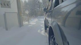 在冬天森林公路的汽车乘驾 在一条积雪的路的一辆汽车在树中 免版税图库摄影