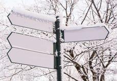 在冬天森林背景的箭头牌 库存图片