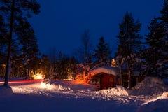 在冬天森林野营的汽车光 库存照片