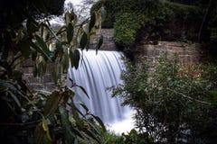 在冬天步行的瀑布 库存图片