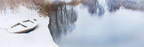 在冬天河的小船 库存照片