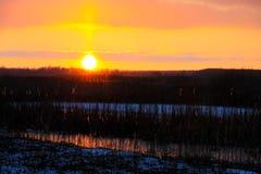 在冬天河的日落 免版税库存照片