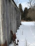 在冬天流洒的灯塔 免版税库存图片