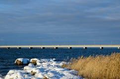 在冬天海岸的桥梁 库存图片