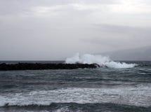 在冬天海景的深蓝色海浪与剧烈的海浪 图库摄影