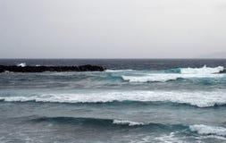 在冬天海景的深蓝色海浪与海浪打破 免版税库存图片