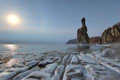 在冬天海的岸的早晨光晕 库存图片