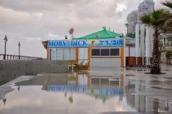 在冬天海滩的闭合的咖啡馆 库存图片