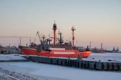 在冬天港口的IRBENSKY灯塔船 免版税库存图片