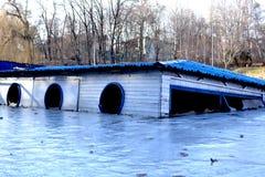在冬天湖的Drawned船 图库摄影