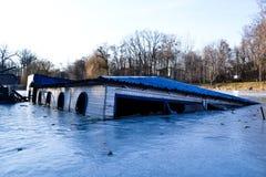 在冬天湖的Drawned船 库存图片