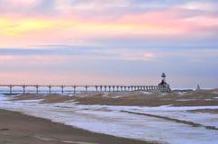在冬天灯塔的日落 免版税库存照片