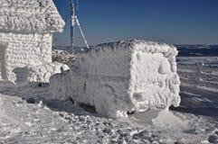 在冬天的冻结汽车 图库摄影
