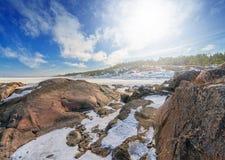 在冬天的岩石海滨 免版税库存图片