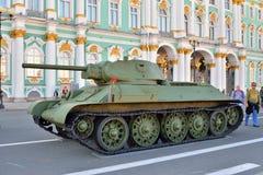 在冬天的背景的苏联中型油箱T-34模型1941年 库存图片