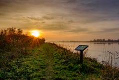 在冬天看的一个大自然保护和沼泽地区域的日落 库存照片
