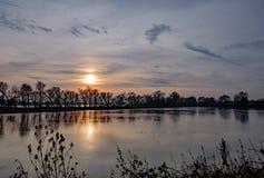 在冬天看的一个大自然保护和沼泽地区域的日落 免版税图库摄影