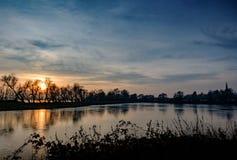 在冬天看的一个大自然保护和沼泽地区域的日落 免版税库存照片