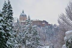 在冬天看见的Superga大教堂,在期间降雪 免版税图库摄影