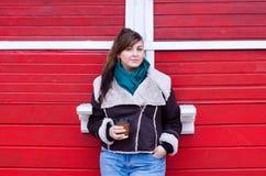 在冬天神色的正大小模型用咖啡 免版税图库摄影