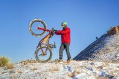 在冬天科罗拉多风景的肥胖自行车骑马 库存图片